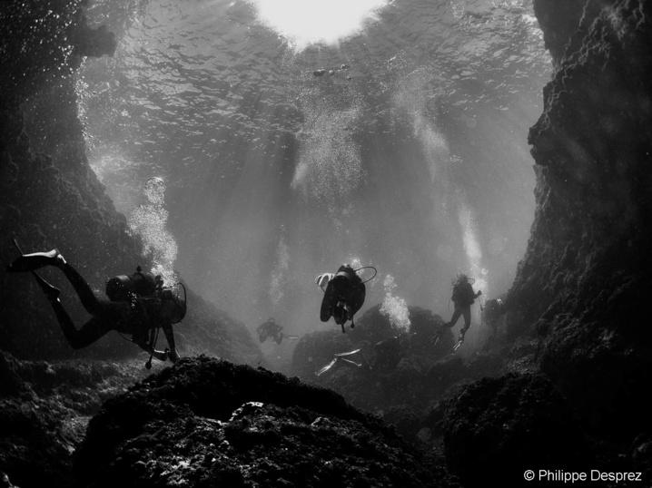 L'entrée de la Grotte Amédien est large.