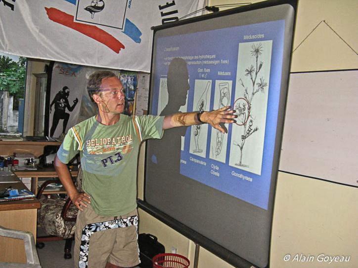 Intervention lors d'un stage de biologie d'Horia GALEA un scientifique spécialiste des hydraires.