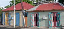 Les cases en bois aux couleurs chatoyantes sont typiques de la Grande Terre.