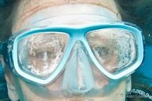 Le masque est plein de buée, la vision est troublée.