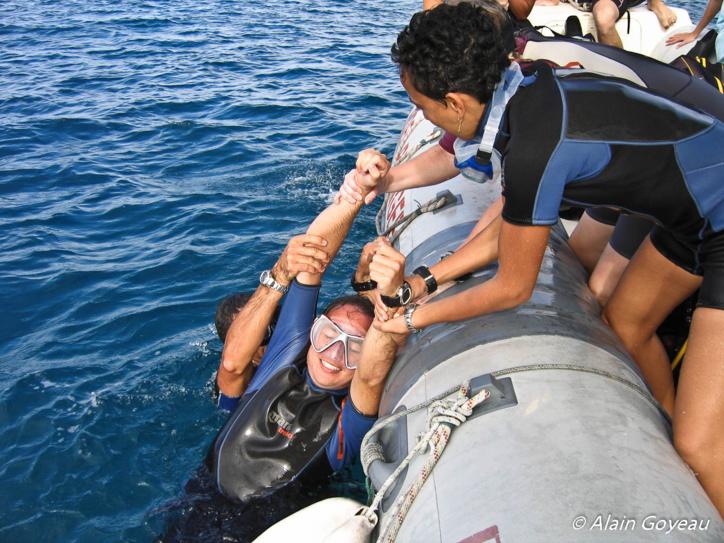 Autre technique de hissage,on remonte la vistime dos au bateau