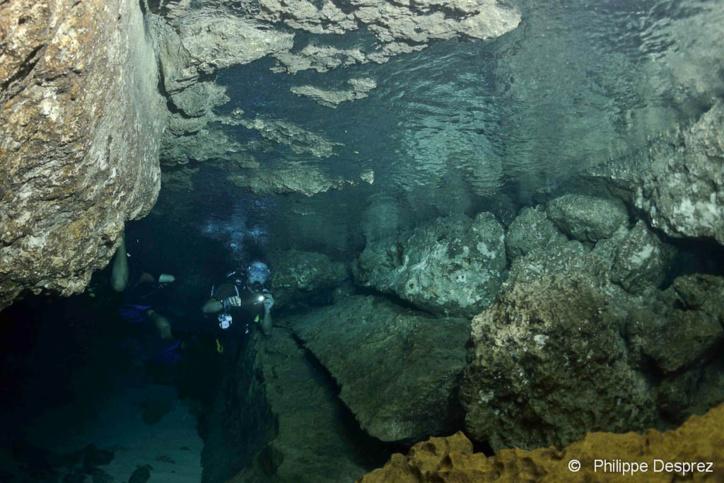 Ambiance spéléo en plongée dans la grotte Amédien.