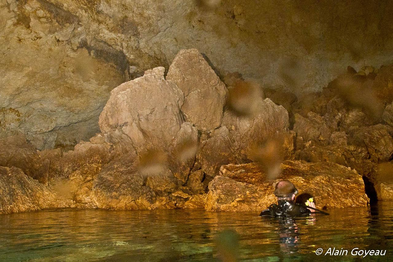 """Ambiance """"spéléo"""" dans une poche d'air dans la """"Grotte Amédien""""."""