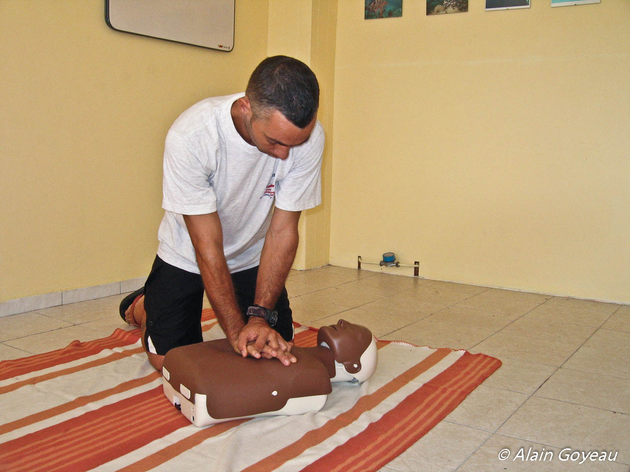 Formation PSC1. Apprentissage du massage cardiaque sur un manequin.