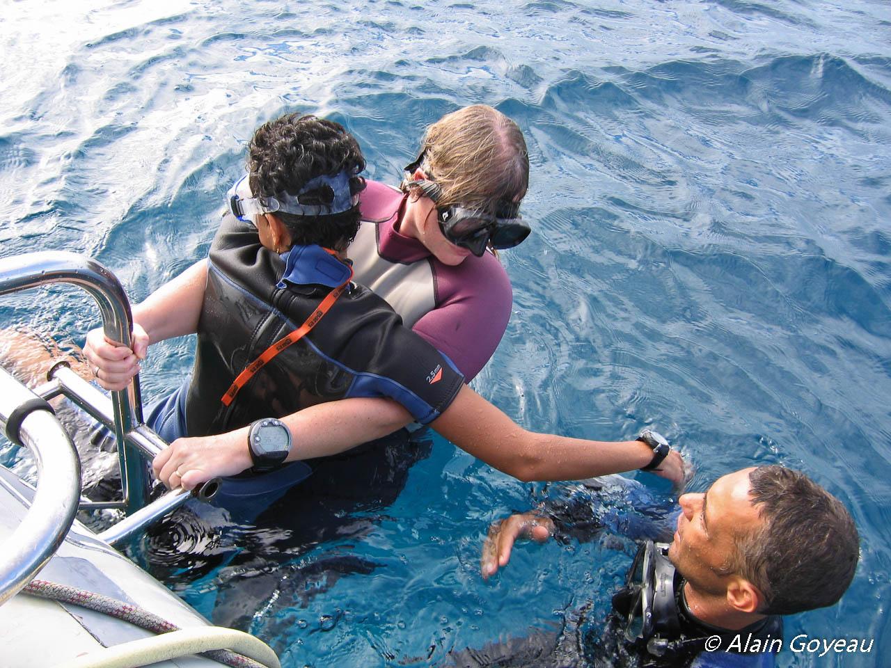 Technique de hissage de l'accidenté à bord du bateau par l'échelle.