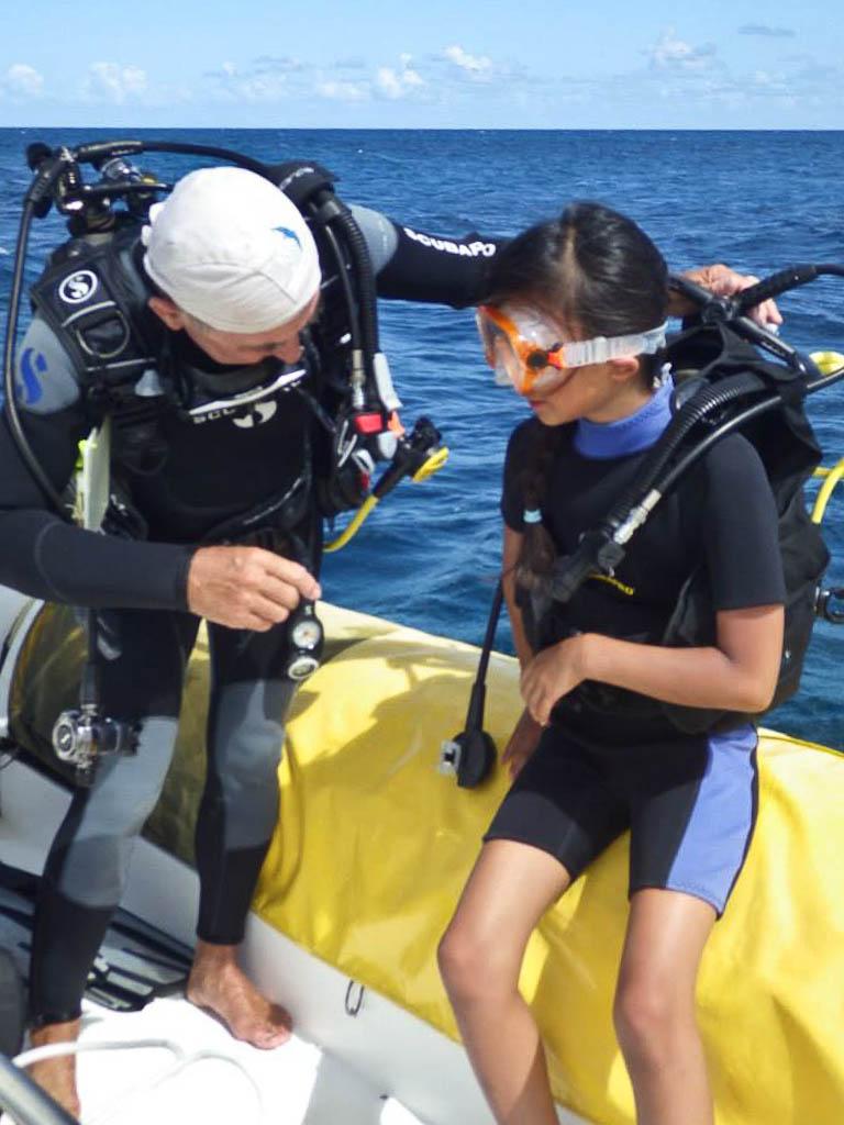 Dernière vérification avant la mise à l'eau. La plongée jeune commence à l'âge de 8 ans.