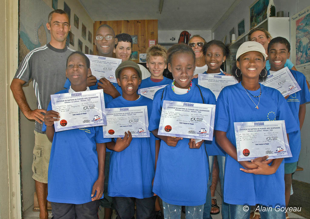 """Les nouveaux """"baptisés"""" arborent fièrement leur diplôme de plongée."""