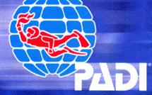 Faire une formation de plongeur avec PADI.